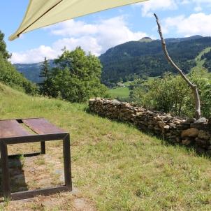 Grande terrasse plein sud pour déjeuner ou diner l'été avec vue sur le Mont-Blanc et barbecue à disposition...