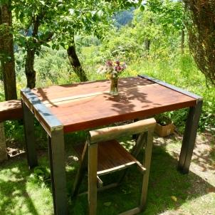 Petit coin pratique pour déjeuner l'été juste devant le Mazot