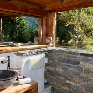 Une salle de douche et toilettes, vous aurez le plaisir de vous doucher comme en pleine nature et face au Mont-Blanc grâce à la grande baie vitrée.