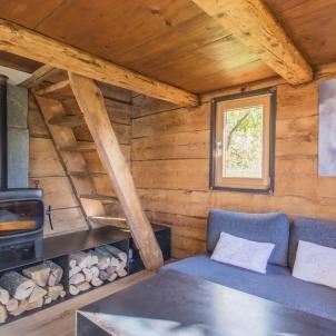 La salle de séjour, chaleureuse avec son poêle qui vous chauffera au bois. Elle vous offre une jolie vue au sud sur le domaine skiable de Flumet.(une stère de bois vous sera fourni)