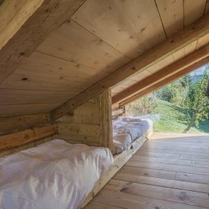 Unechambresous les toits composée de deux lits simples idéale pour des enfants, très lumineuse grâce aux deux baies vitrées dont une donnant vue sur le Mont-Blanc.