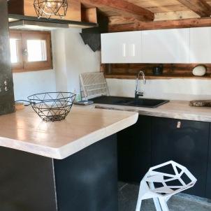 Une cuisine toute équipée, avec son bar donnant sur le séjour.(plaque à induction, four, réfrigérateur, grille pain, machine à caféNespresso, appareil à fondue et à raclette, lave vaisselle, lave linge....)